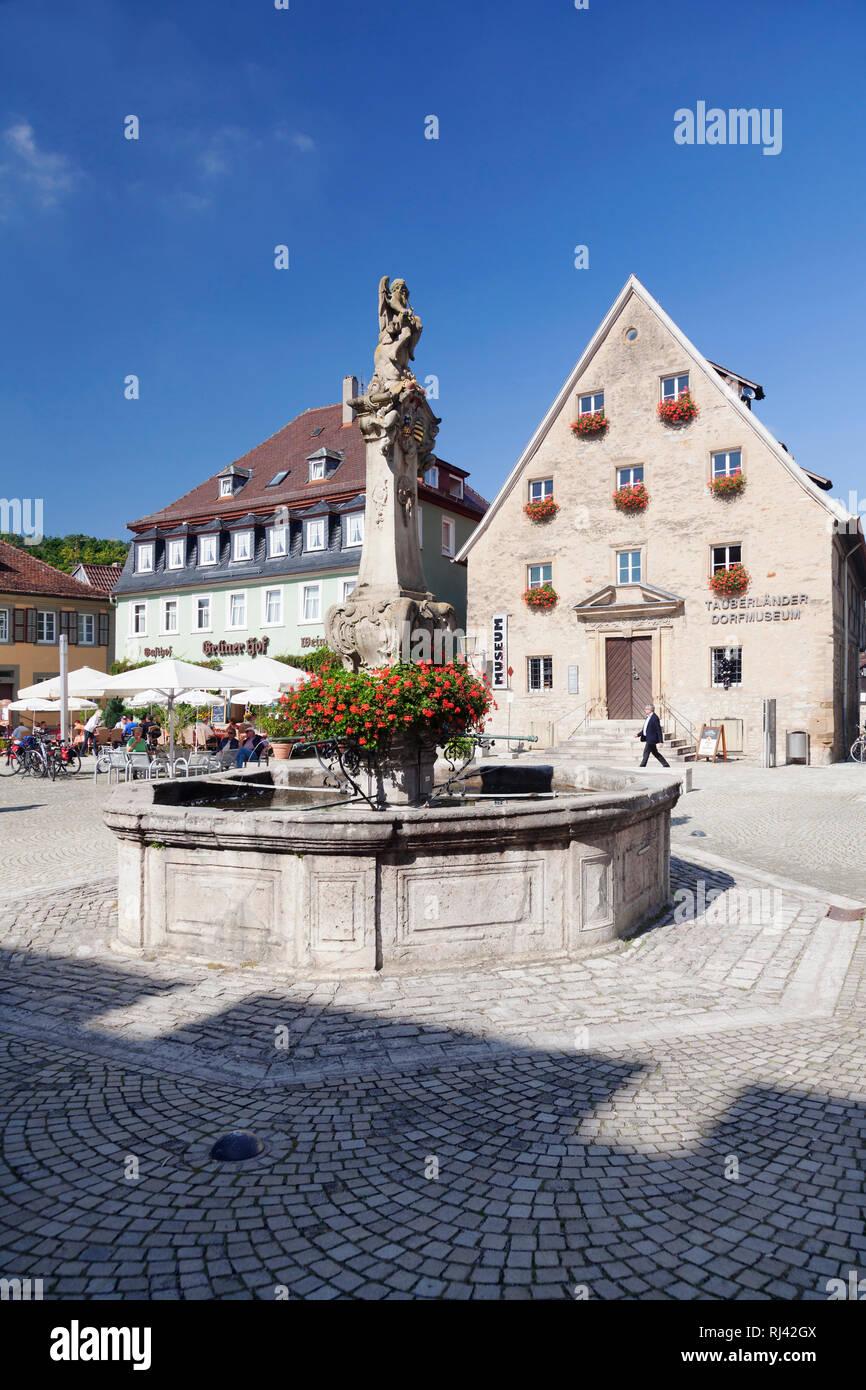 Rokokobrunnen am Marktplatz mit Strassencafe und Tauberländer Dorfmuseum, Weikersheim, Taubertal, Main Tauber Kreis, Baden-Württemberg, Deutschland Stock Photo