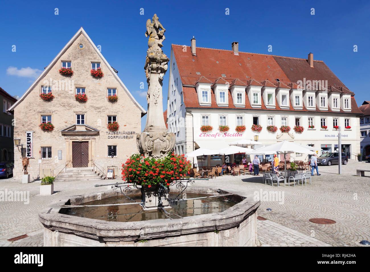 Rokokobrunnen am Marktplatz mit Straßencafes und Tauberländer Dorfmuseum, Weikersheim, Taubertal, Main Tauber Kreis, Baden-Württemberg, Deutschland Stock Photo