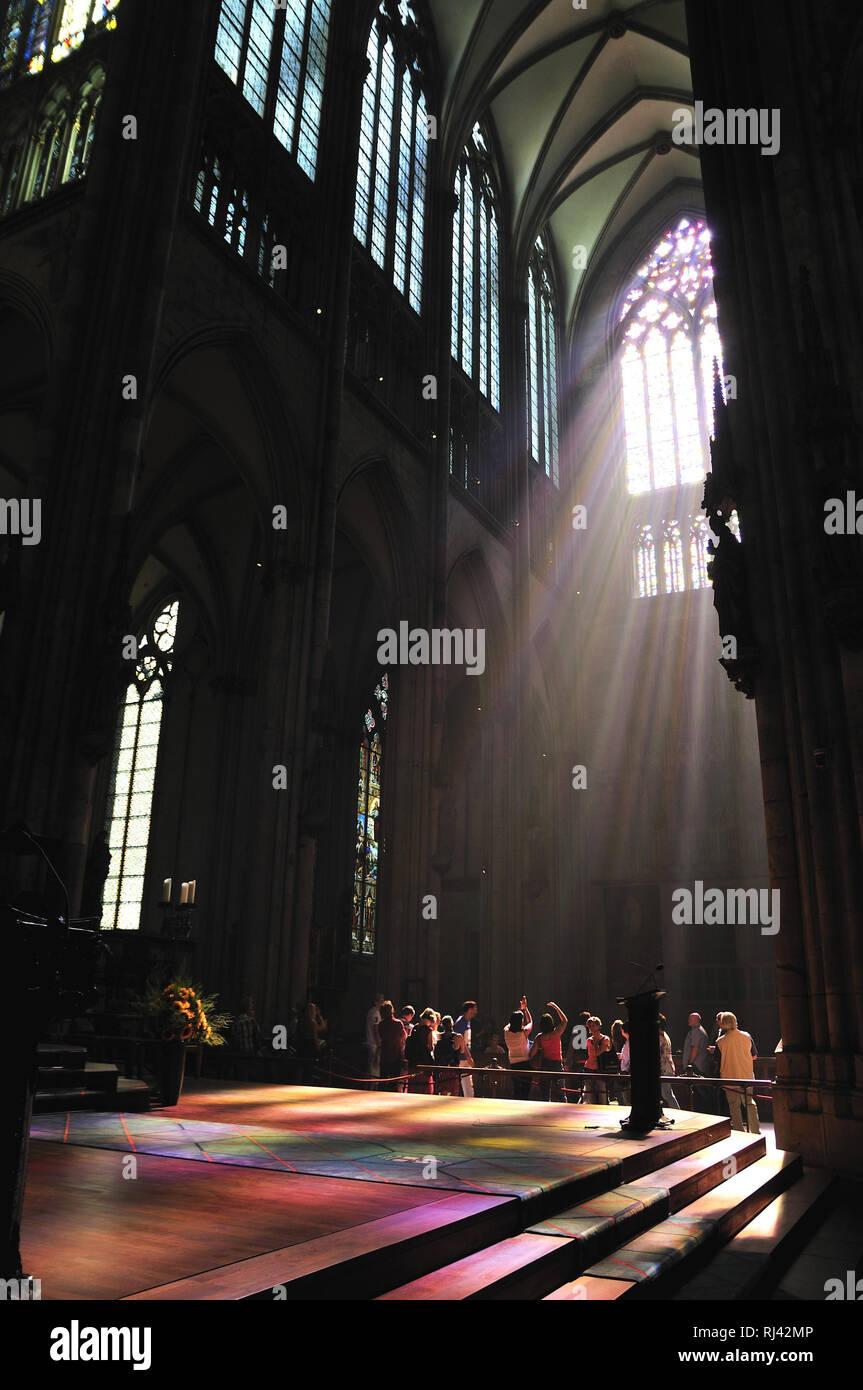 Deutschland, Nordrhein-Westfalen, Kˆln, City, Kˆlner Dom, Innenaufnahme, stimmungsvoll, Fenster, Sonnenstrahlen, Touristen, - Stock Image