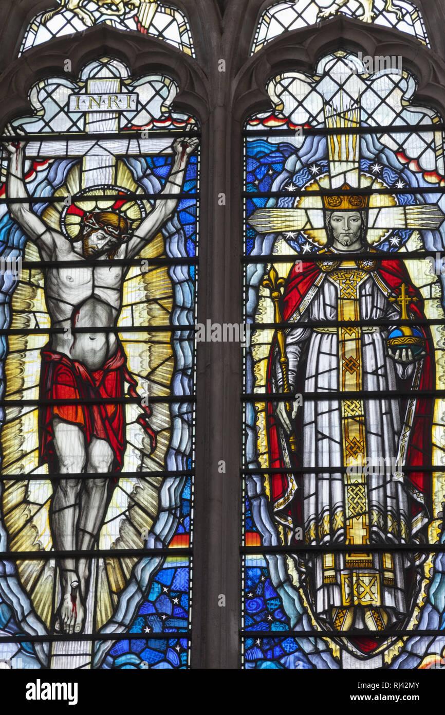 England, London, The City, St. Olave Hart Street Church, Buntglasfenster, Darstellung 'Christus als Retter' und 'Christus als Sieger', - Stock Image