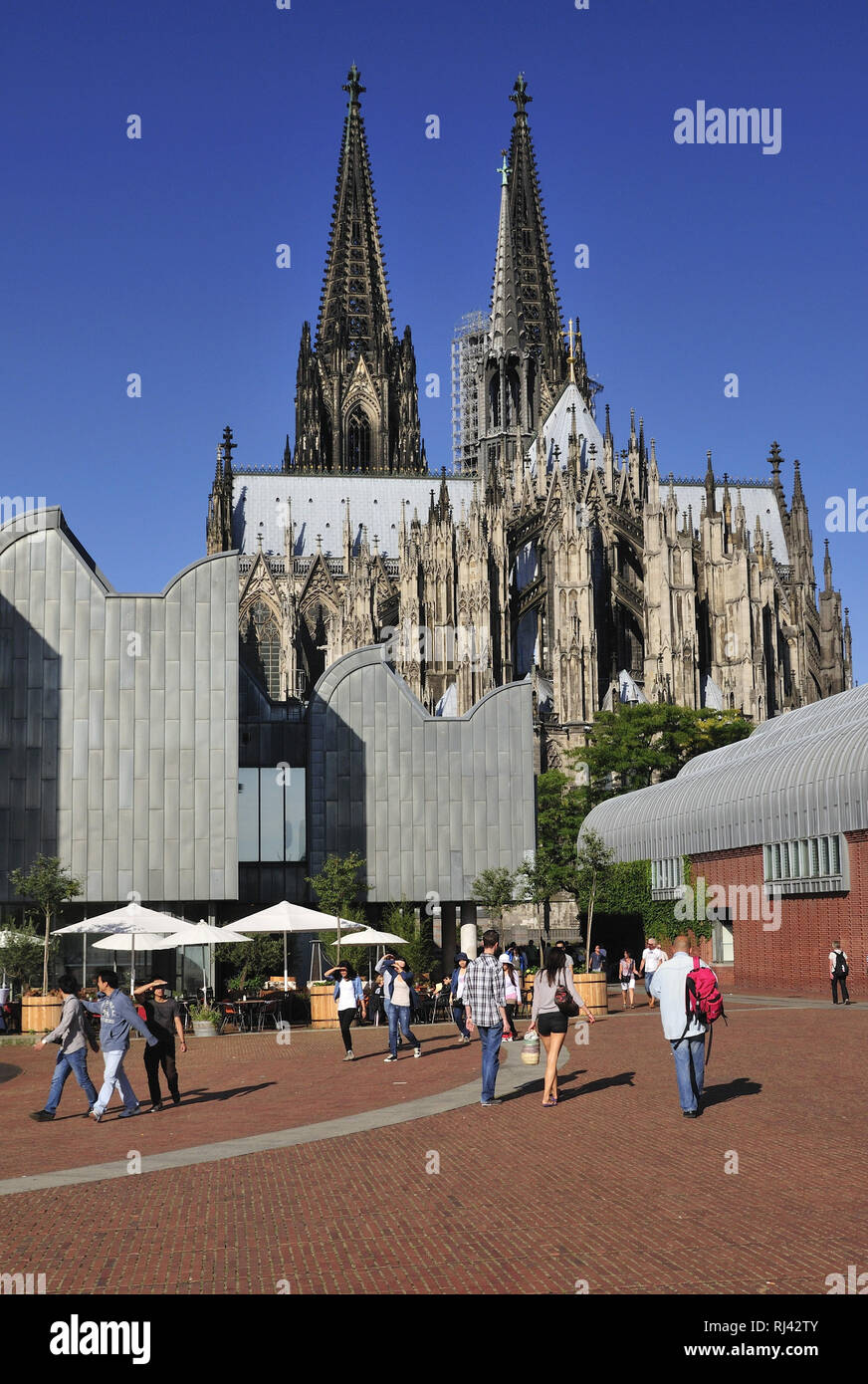 Deutschland, Nordrhein-Westfalen, Kˆln, City, Kˆlner Dom, links das Museum Ludwig am Heinrich-Bˆll-Platz, Passanten, Stock Photo