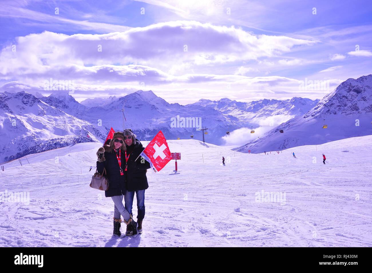 Schweiz, Graub¸nden, Engadin, Sankt Moritz, Corviglia, Skipiste, Touristen, Schweizer Flagge, Bergpanorama, Winter, Stock Photo