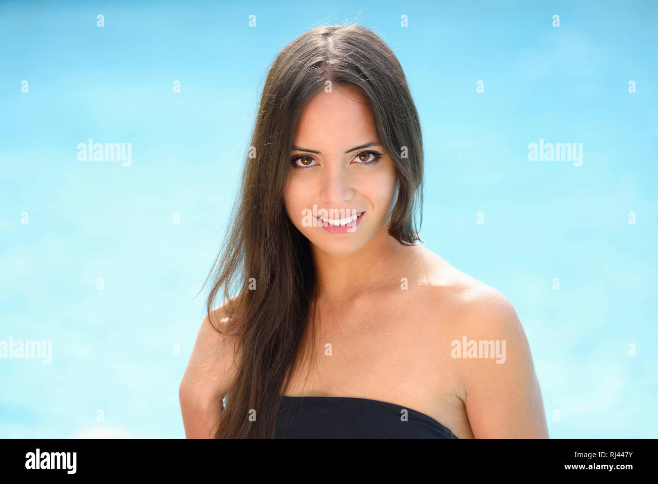 Frau, jung, Halbportrait, Monokini, Freibad, frontal, stehen, Blick Kamera - Stock Image
