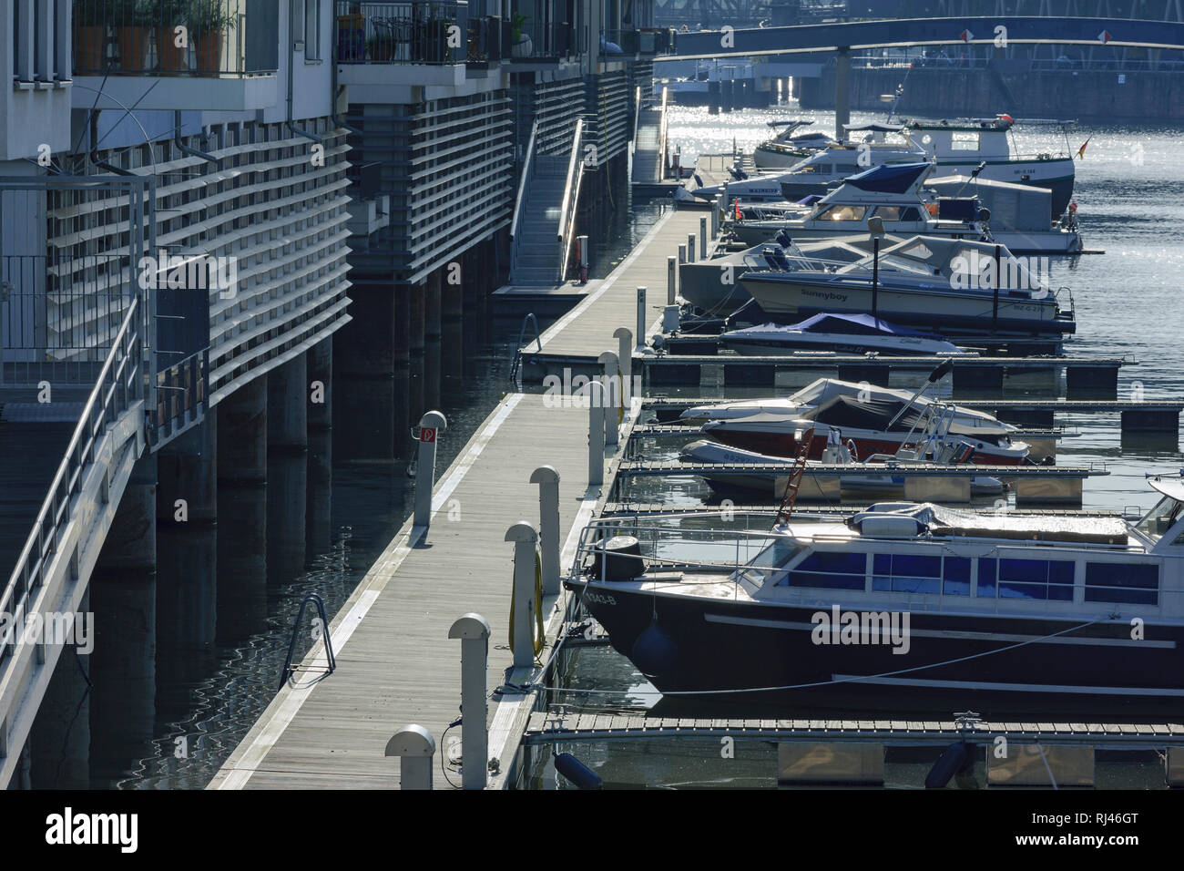Europa, Deutschland, Herren, Frankfurt, Westhafen, Bootssteg im Luxus Wohnquartier - Stock Image