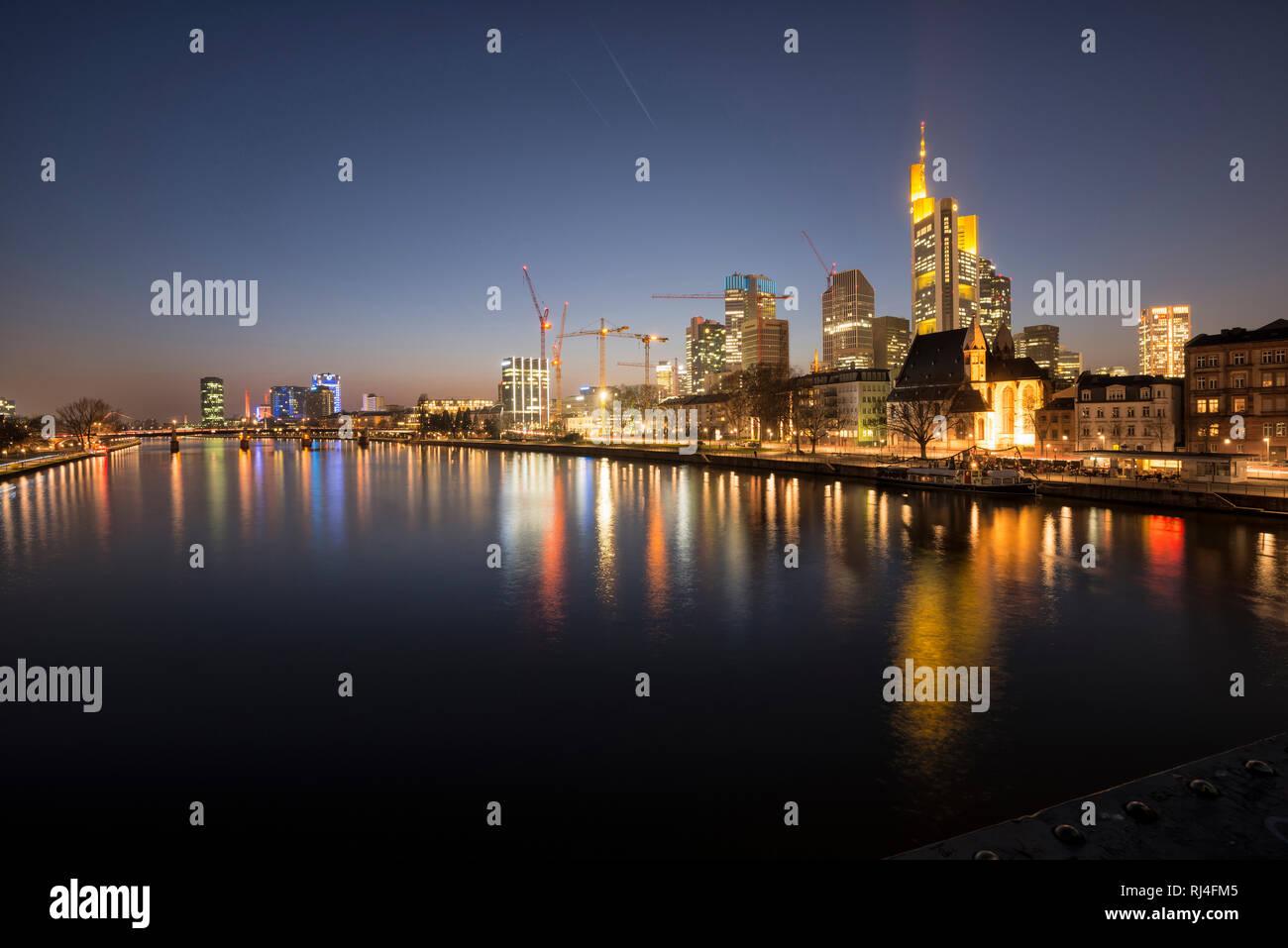 Deutschland, Frankfurt, Hessen, Innenstadt, Bankenviertel, Skyline, abends - Stock Image