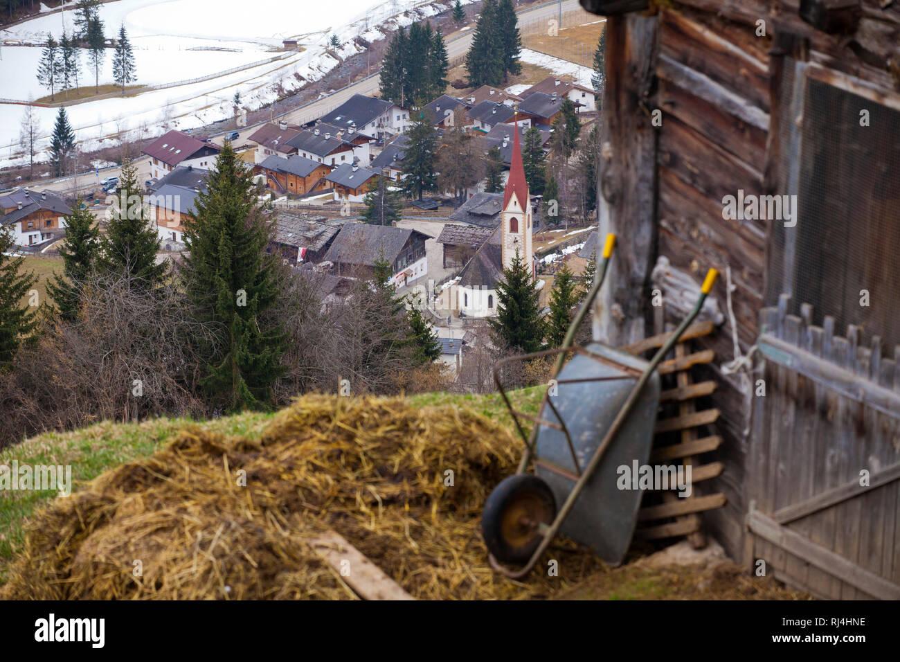 Blick hinunter zum Dorf - Stock Image