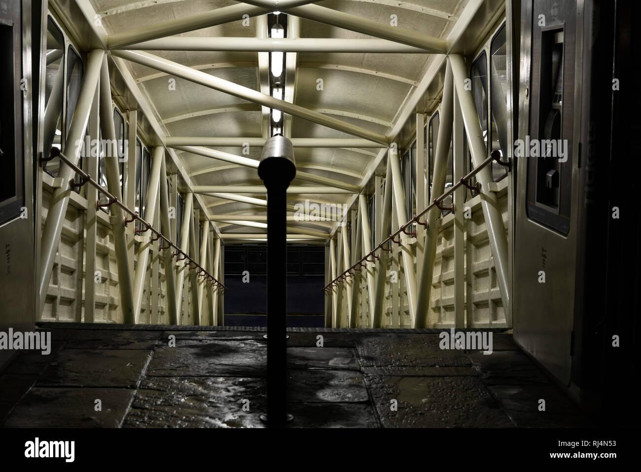 beleuchtete Rampe zur Themse - Stock Image