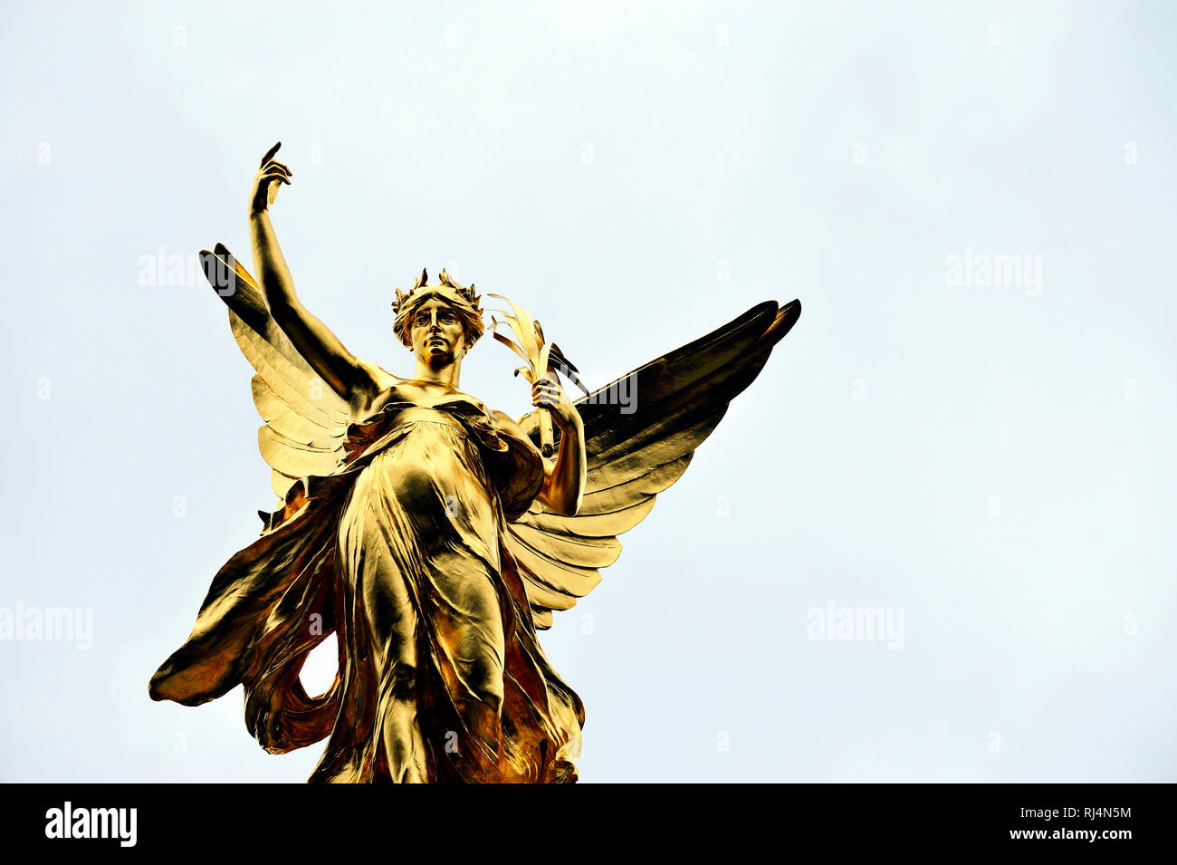 goldener Engel auf dem Queen Victoria Denkmal vor dem Buckingham Palace in London - Stock Image