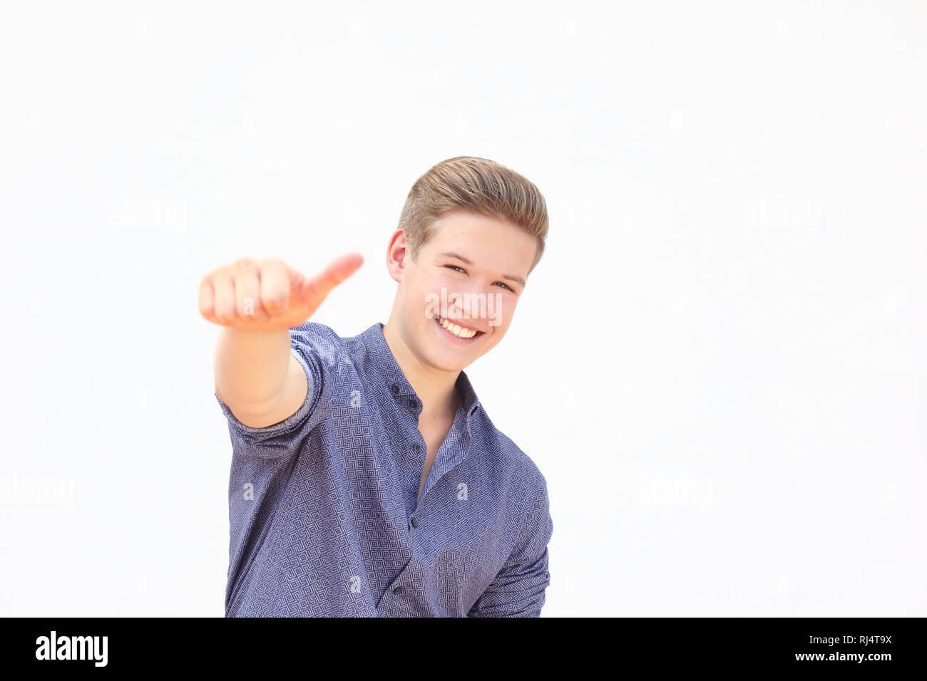 junger Mann, Gestik, Daumen hoch - Stock Image