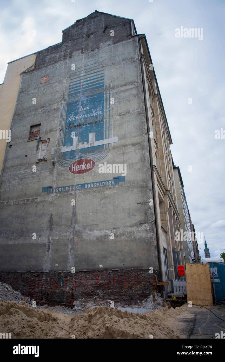 Alte Henkel Werbung an der Seite eines Hauses am Ballindamm in Hamburg - Stock Image
