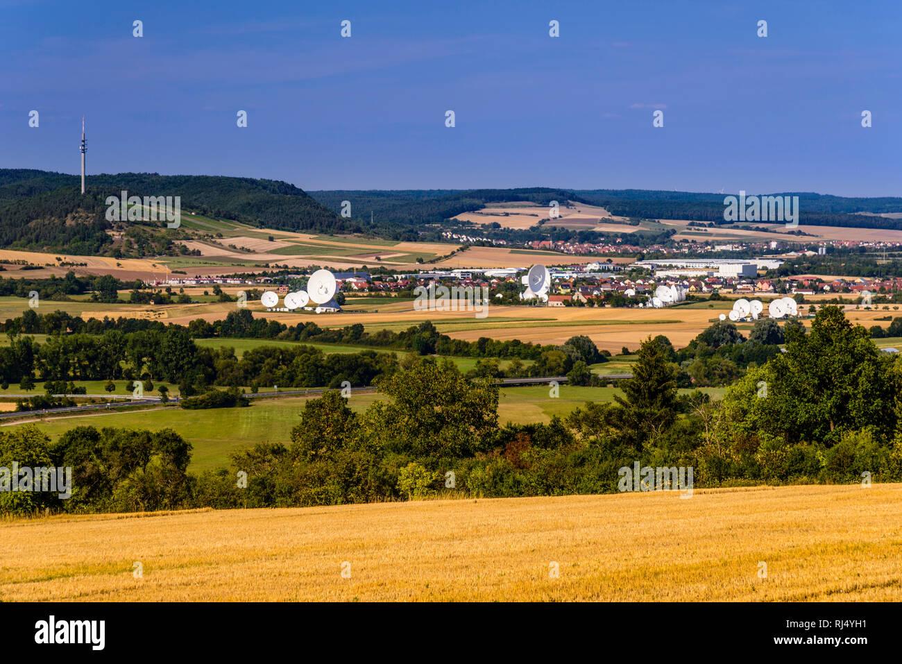 Deutschland, Bayern, Unterfranken, Fr?nkisches Saaletal, Fuchsstadt, Saaletal mit Erdfunkstelle der Firma Intelsat - Stock Image