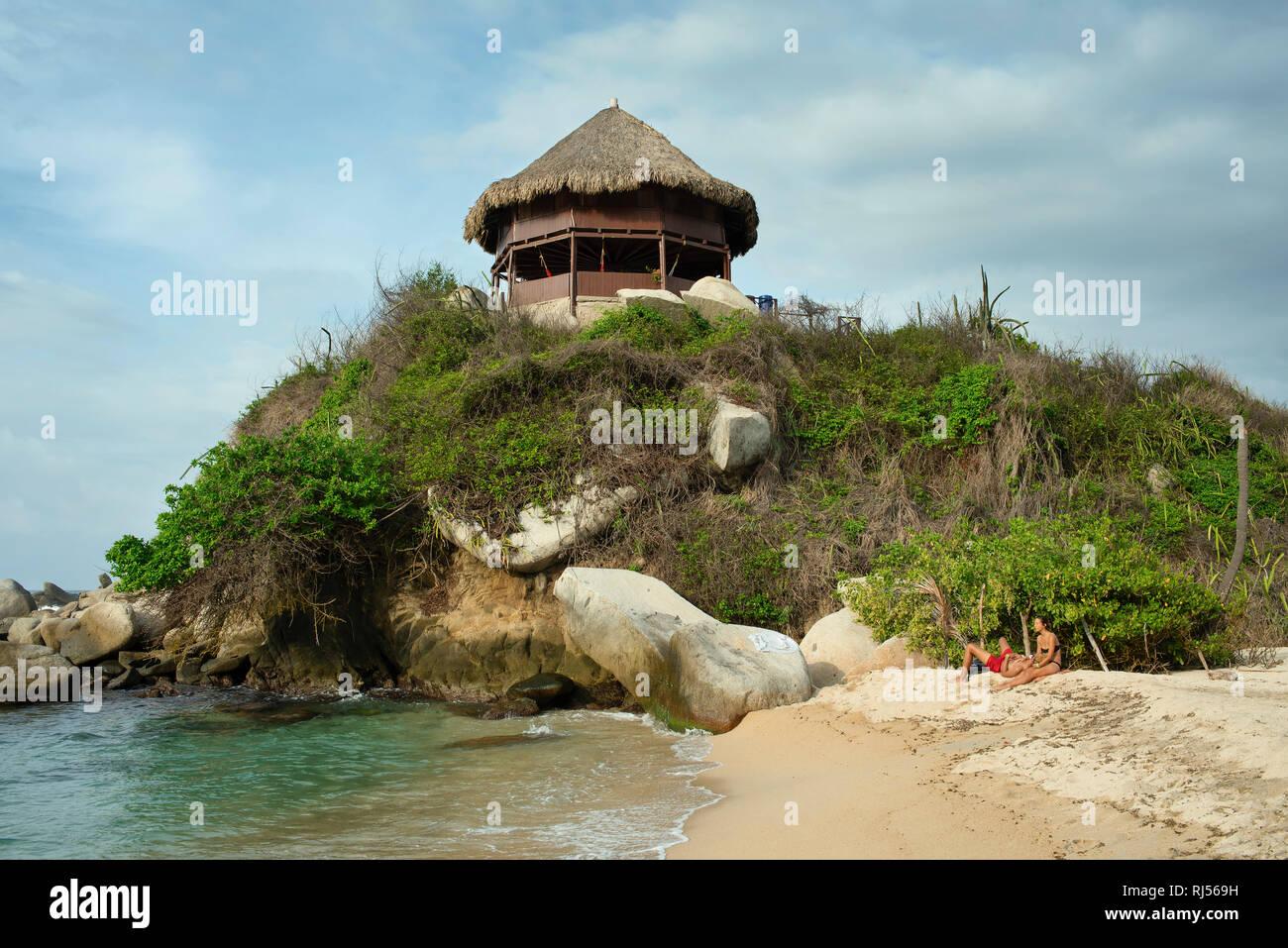 Cabana at the mirador of Cabo San Juan with a couple enjoying the beach. Tayrona National Park, Colombia. Sep 2018 - Stock Image