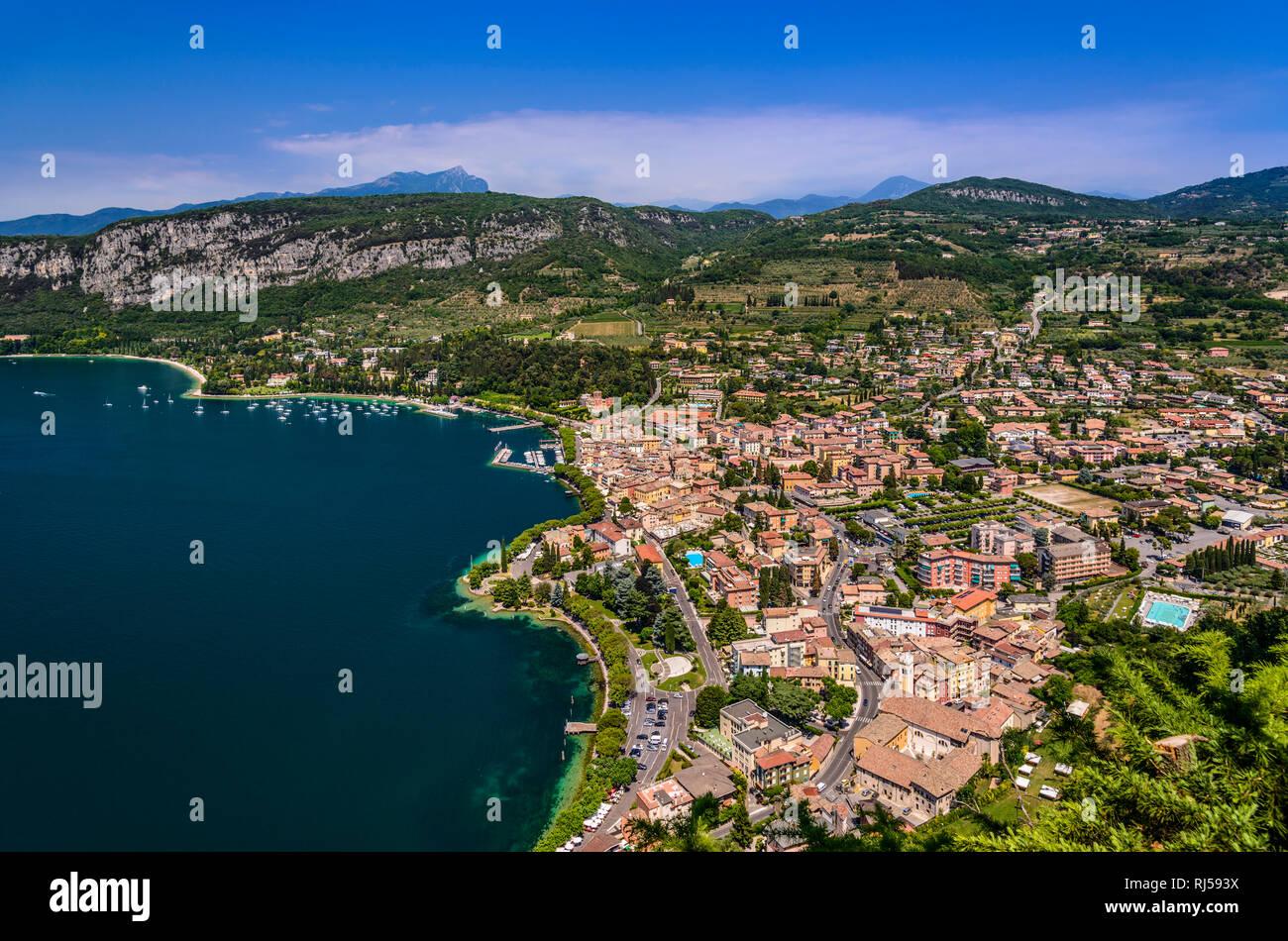 Italien, Venetien, Gardasee, Garda, Ortsansicht, Blick von Tafelberg Rocca Vecchia - Stock Image