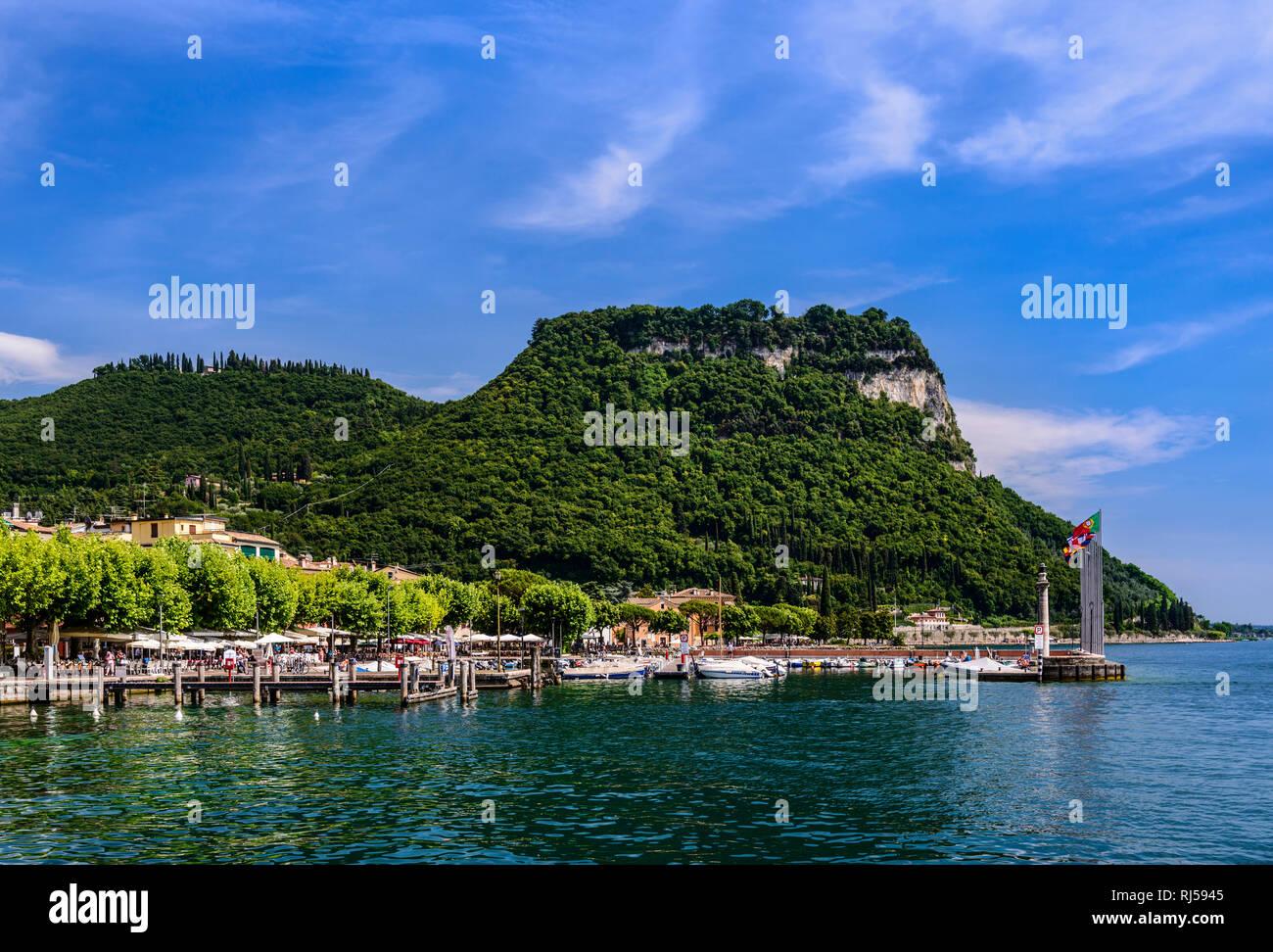 Italien, Venetien, Gardasee, Garda, Hafen gegen Tafelberg Rocca Vecchia - Stock Image