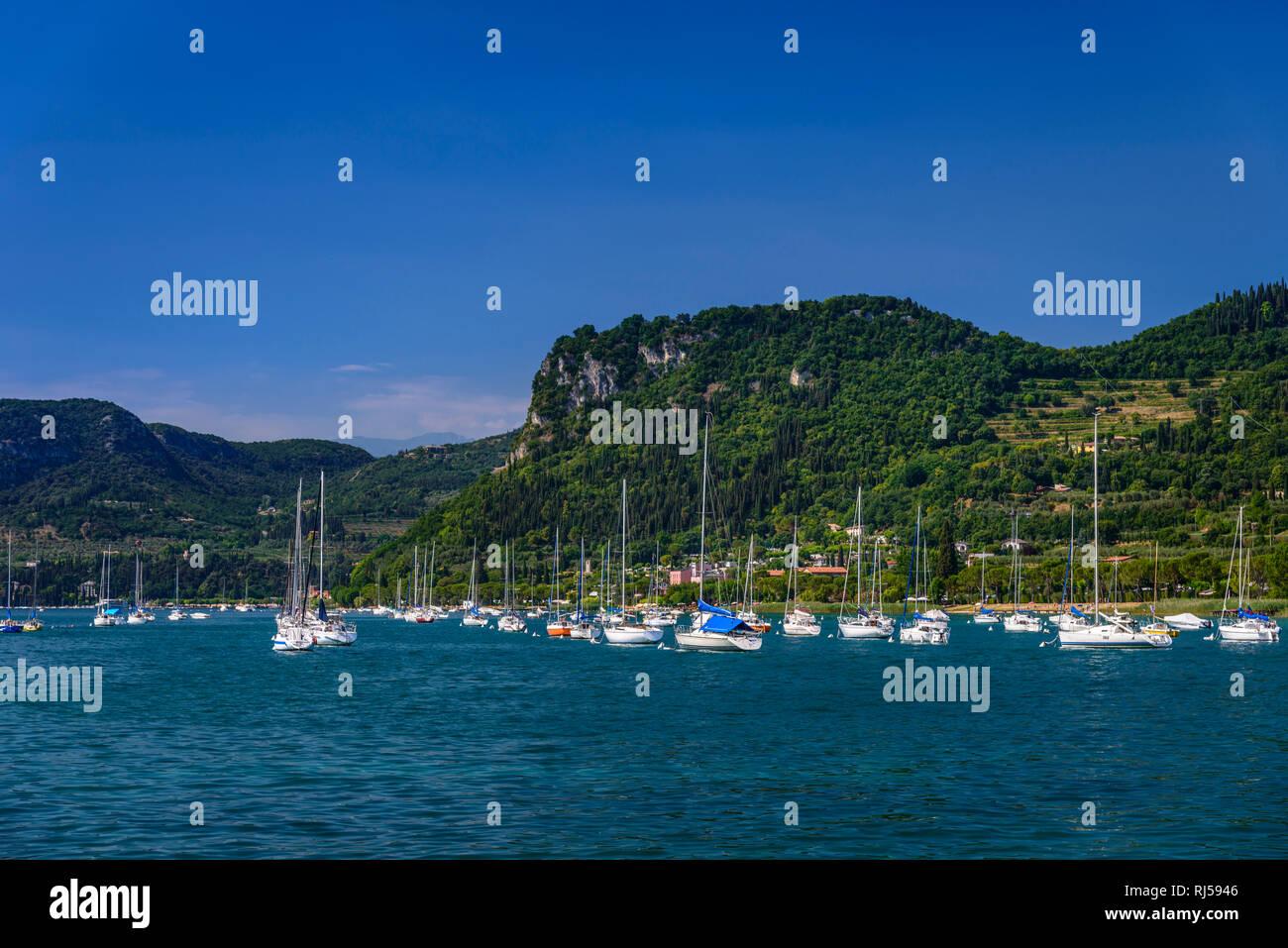 Italien, Venetien, Gardasee, Bardolino, Segelboothafen gegen Tafelberg Rocca Vecchia - Stock Image