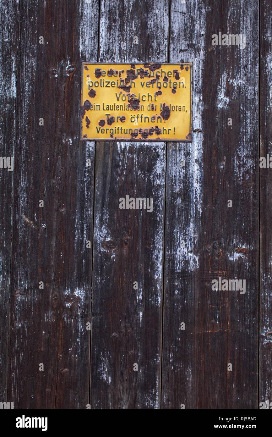 Holztüre mit verblichenem Schild Stock Photo