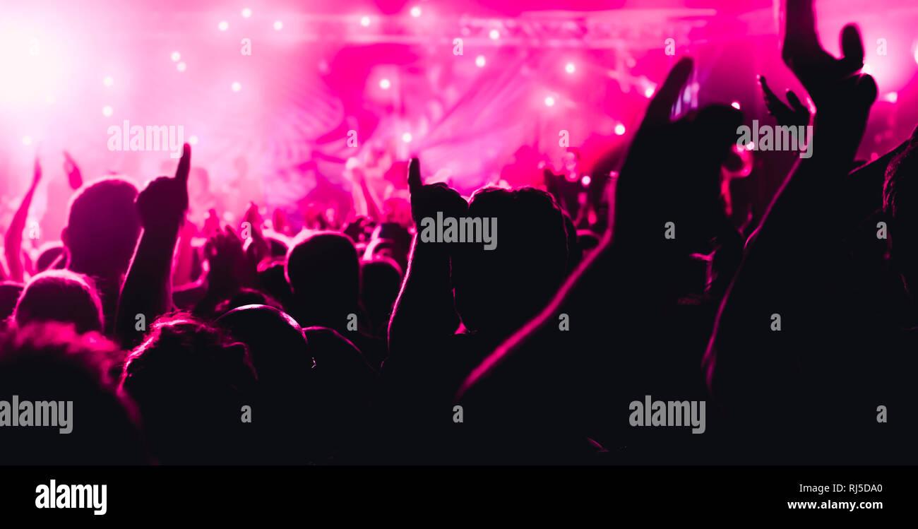 Ein Konzert ? Junge Leute genießen die Musik, tanzen und machen Party - Stock Image