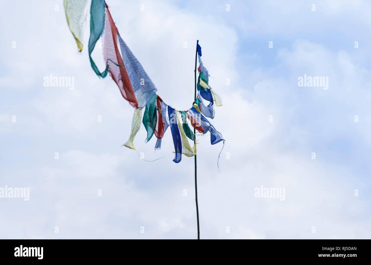 Buddhistische Gebetsfahnen im Wind Stock Photo