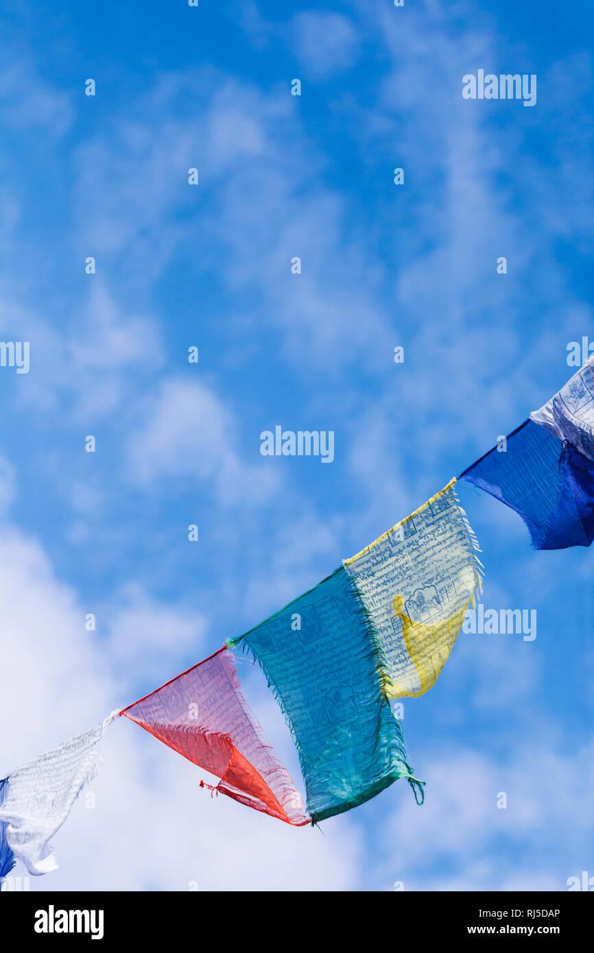 Buddhistische Gebetsfahnen im Wind - Stock Image