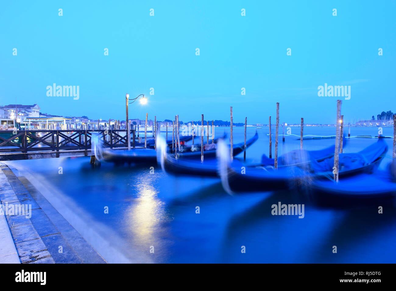 Venezianische Gondeln wiegen sich im Wasser - Stock Image