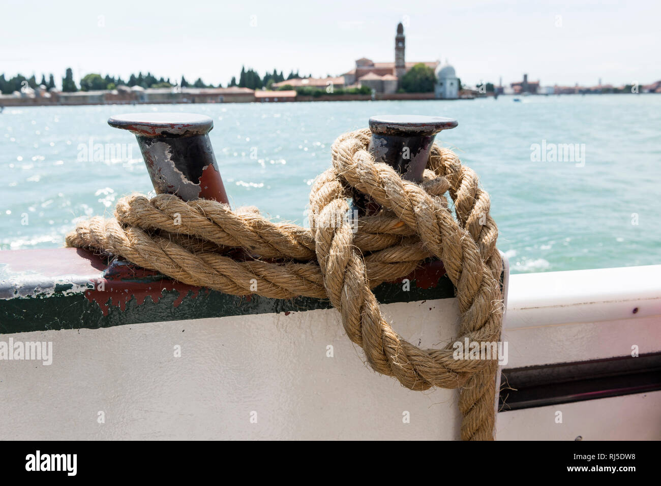 ein Schiffstau an einer Schiffsreling - Stock Image