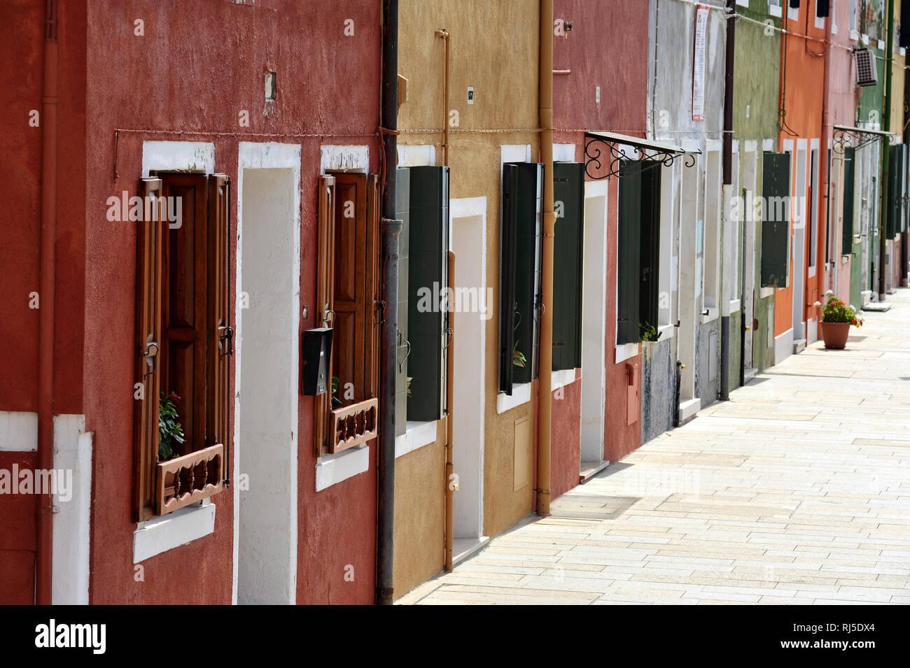 farbige Häuserzeile in Burano Stock Photo