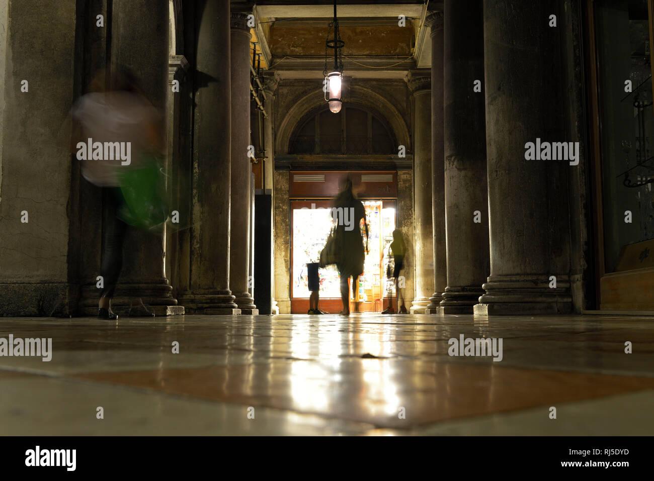 schwach beleuchtete Einkaufspassage am Markusplatz bei Nacht - Stock Image