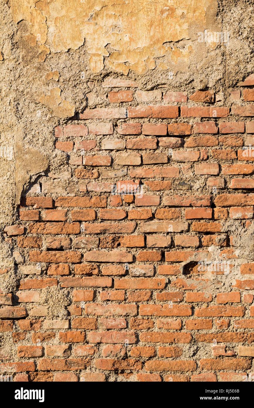 Alte Ziegelmauer mit abgebröckeltem Verputz, aufgenommen in Vösendorf, Niederösterreich, Österreich, - Stock Image