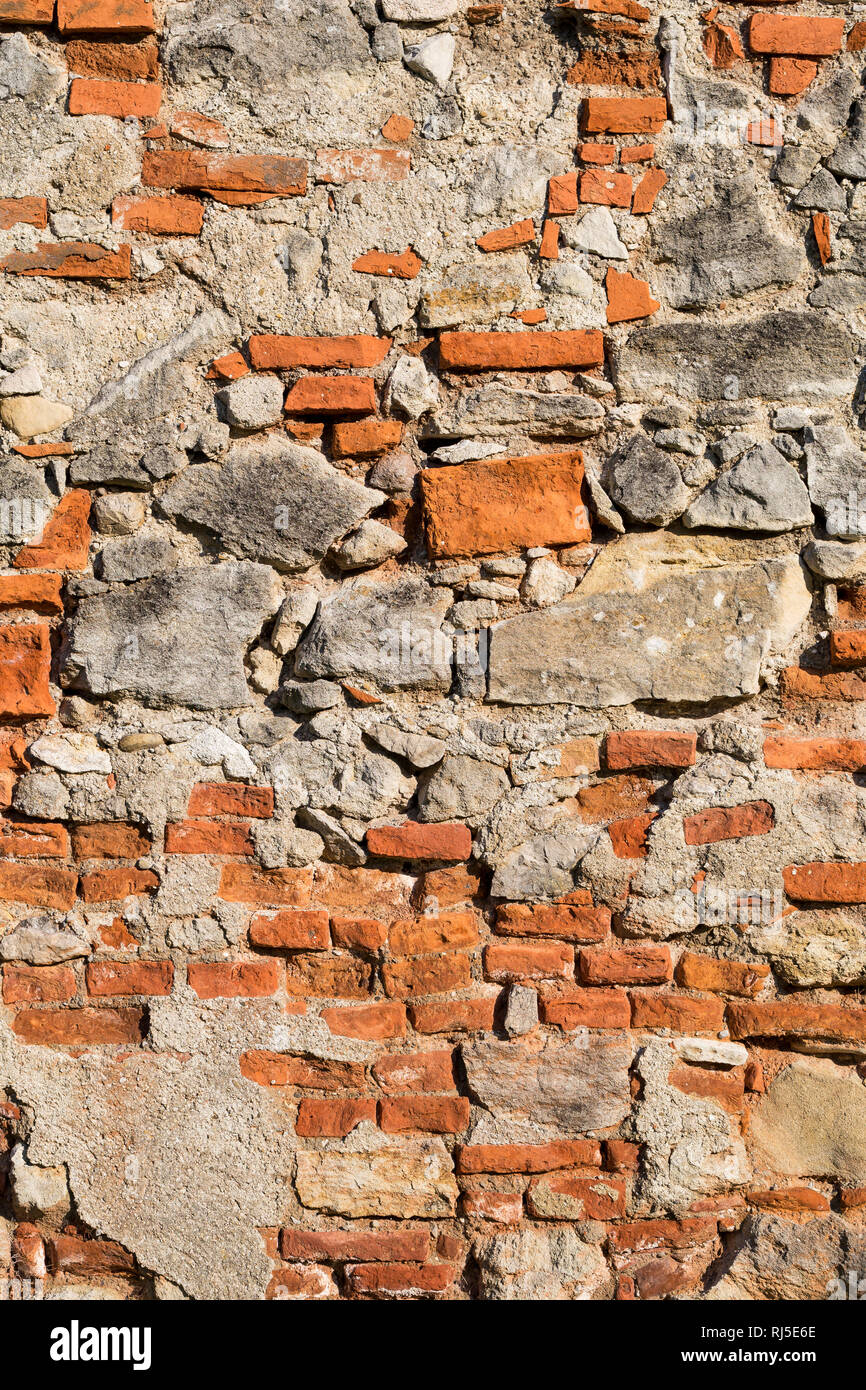 Alte Mauer mit Ziegeln und Steinen, aufgenommen in Vösendorf, Niederösterreich, Österreich, - Stock Image