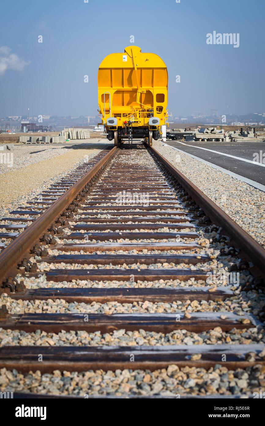 Orangener Güterwagon auf einem Abstellgleis Stock Photo