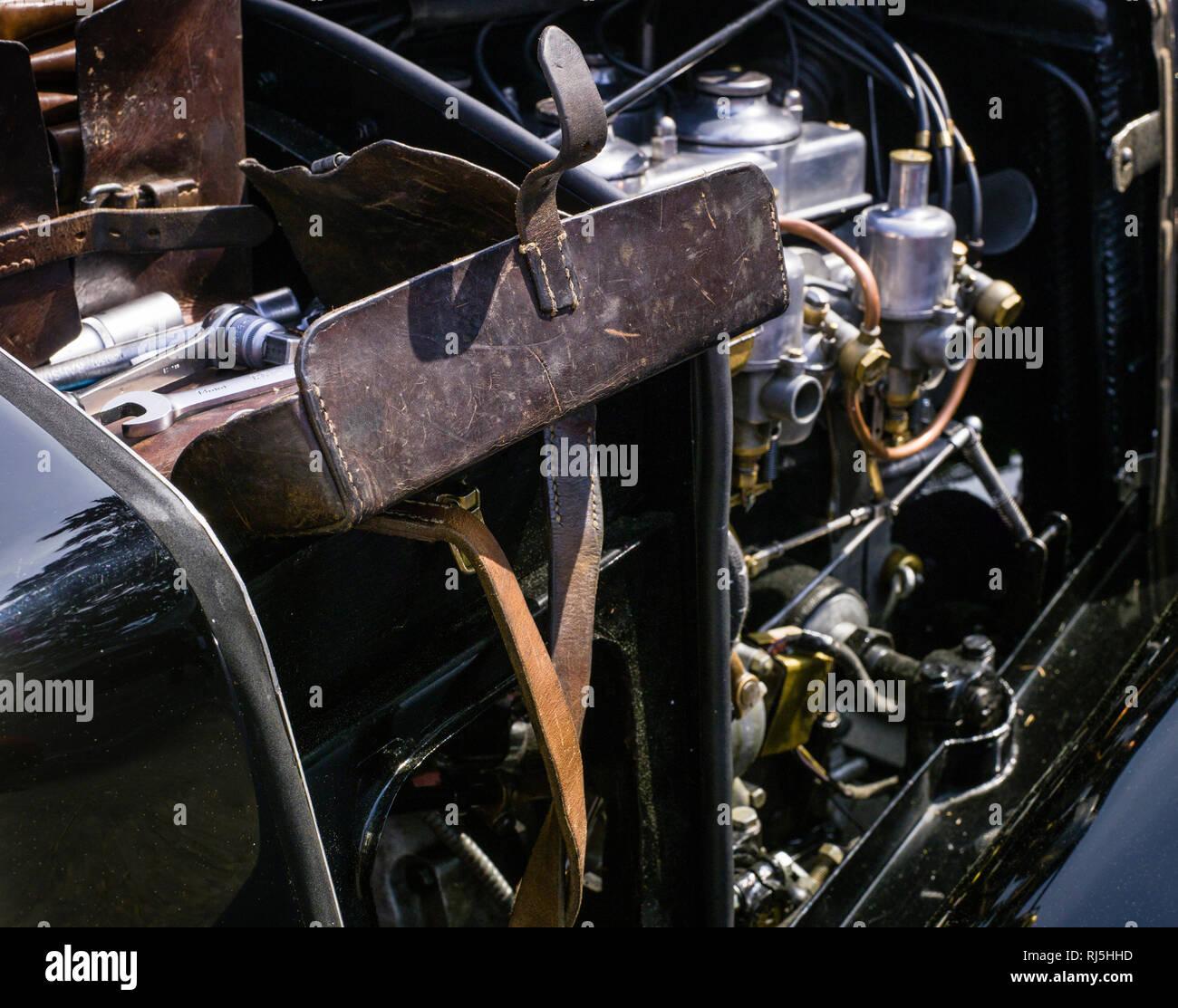 Wartungsarbeiten am Motor eines Oldtimers - Stock Image
