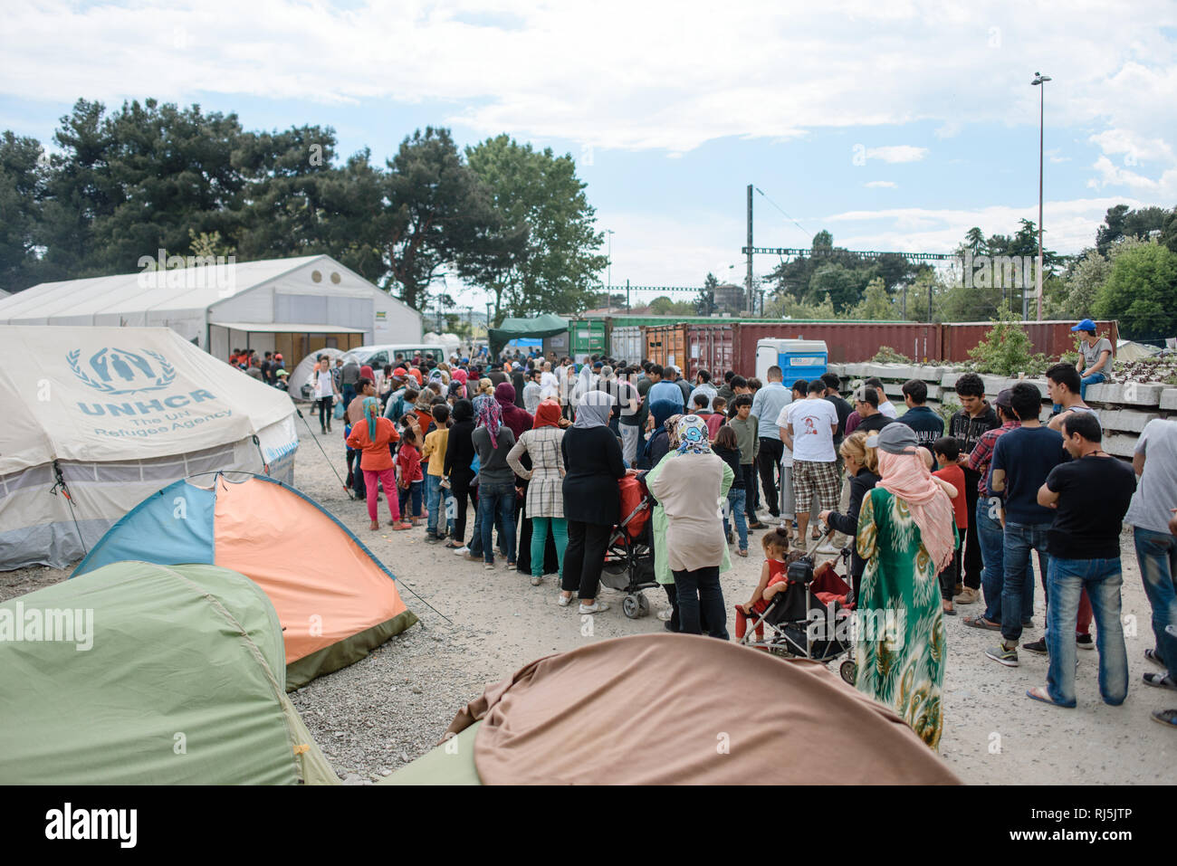 Hier werden Nahrungsmittel an Bedürftige verteilt. Flüchtlingscamp von Idomeni in Griechenland an der Grenze nach Mazedonien, April 2016. Stock Photo