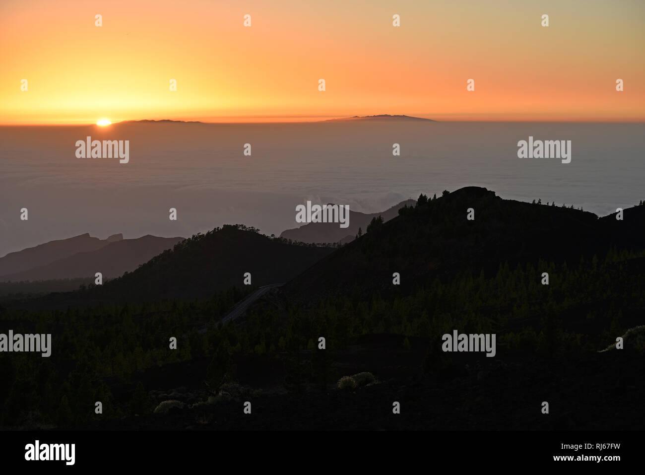 Blick vom Vulkan Samara über Teno-Gebirge auf La Palma über Passatwolken bei Sonnenuntergang, Montaña Samara, Nationalpark Teide, Teneriffa, Kanarisch - Stock Image