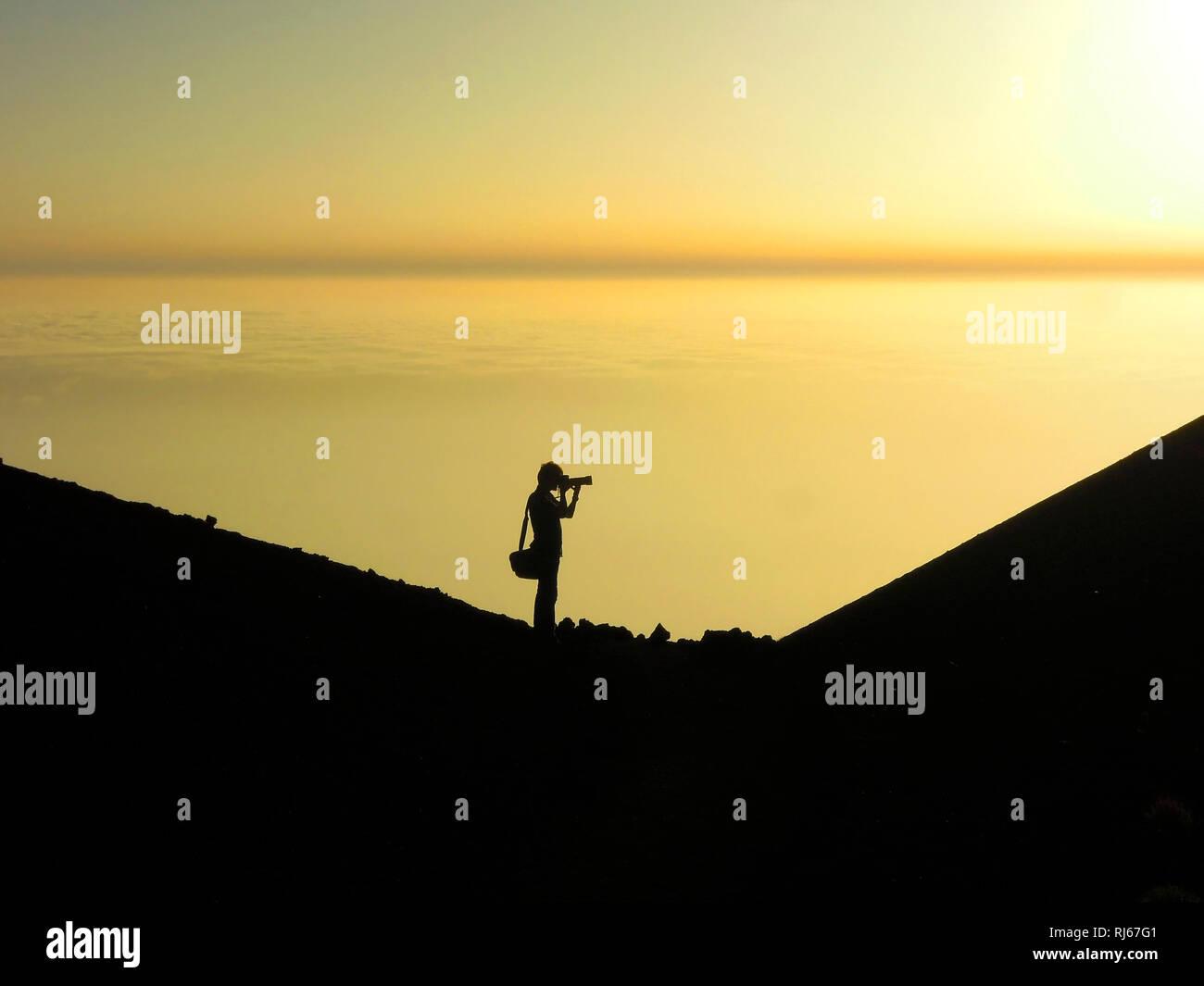 Fotograf fotografiert Sonnenuntergang, Montaña Samara, Nationalpark Teide, Teneriffa, Kanarische Inseln, Spanien - Stock Image