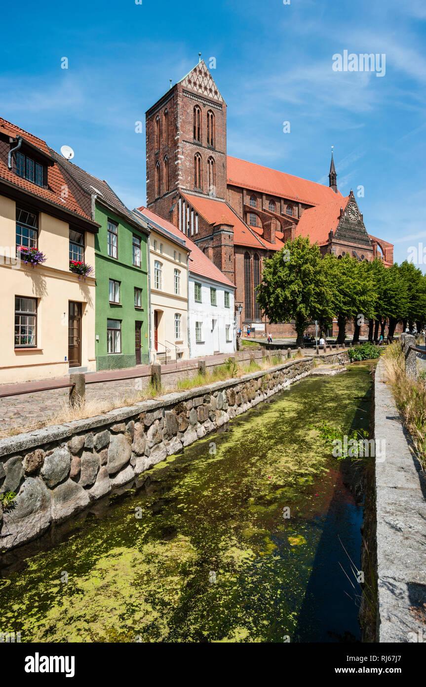 Europa, Deutschland, Mecklenburg-Vorpommern, Wismar, Blick über den Mühlenbach auf St.Nicolai, einem Meisterwerk der Backsteingotik, - Stock Image