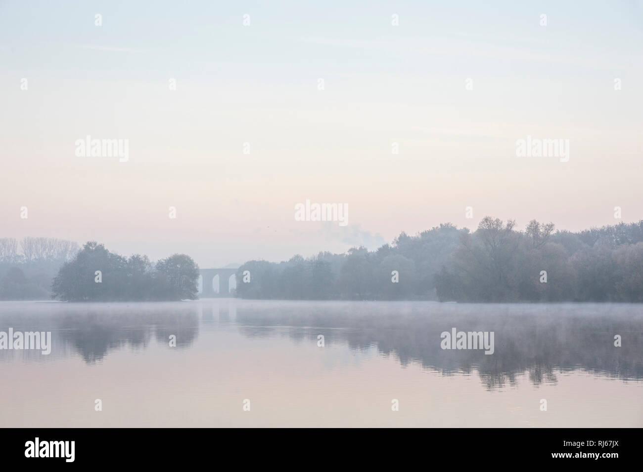 Europa, Deutschland, Nordrhein-Westfalen, Bielefeld, Vor Sonnenaufgang am Obersee, Im Hintergrund: der Schildescher Viadukt, einem der ältesten Zeugni - Stock Image