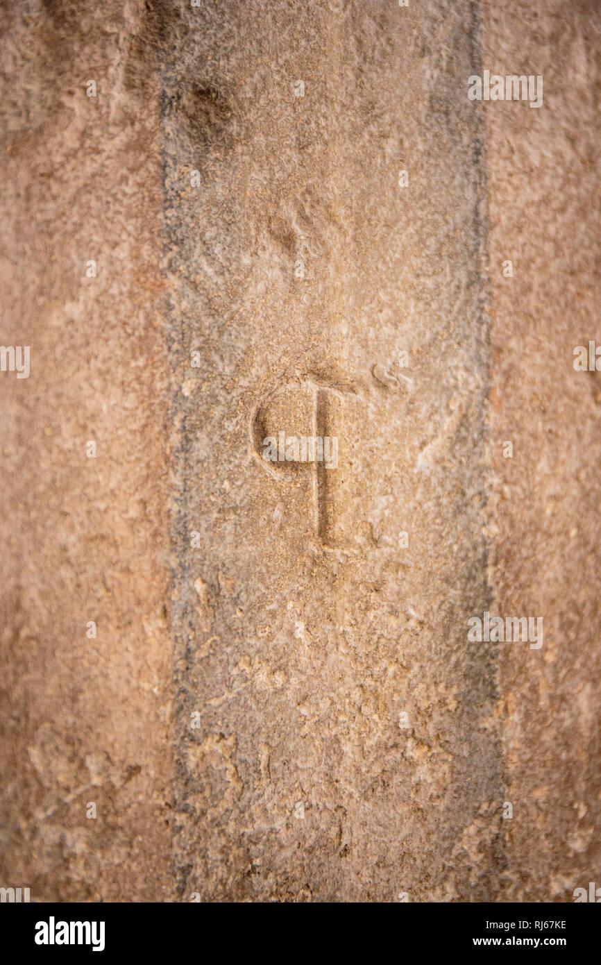 Europa, Deutschland, Nordrhein-Westfalen, Köln, Steinmetzzeichen und Überreste der romanischen Wandbemalung in Groß St.Martin - Stock Image