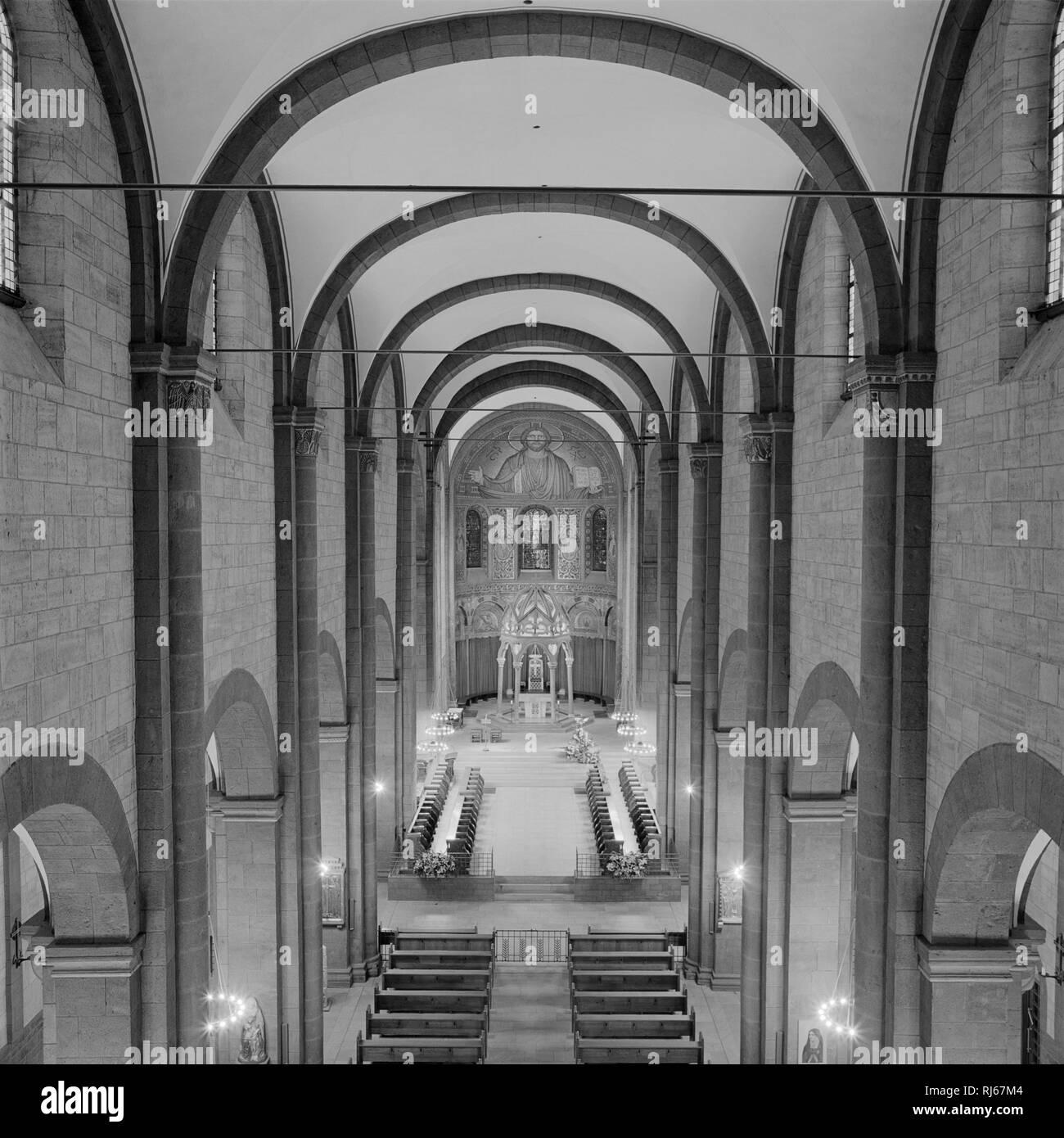 Europa, Deutschland, Rheinland-Pfalz, Kloster Maria Laach, Blick von der Orgelempore in Hauptschiff, Chor und Apsis und auf den Ziborienaltar, den auf - Stock Image