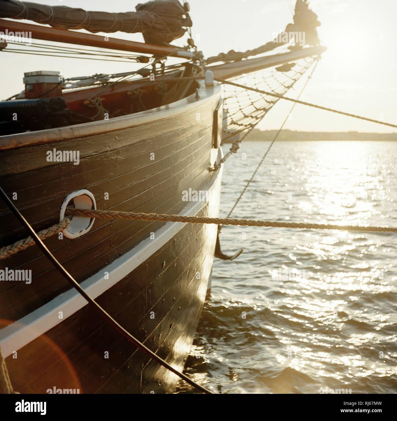 Europa, Deutschland, Wismar, Altes Segelschiff bei Sonnenuntergang im Hafen - Stock Image