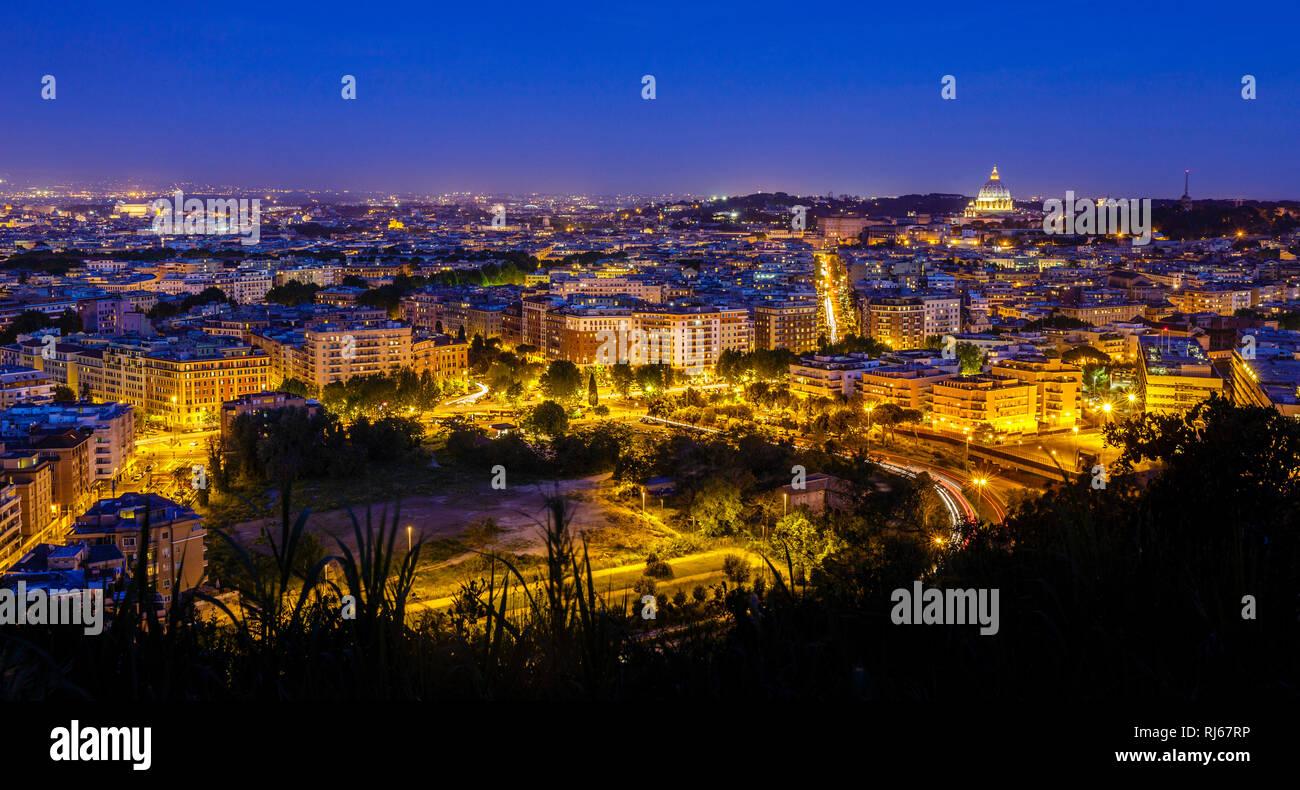 Europa, Italien, Latium, Rom, Blick vom Monte Mario, dem höchsten Hügel Roms, über die ewige Stadt bei Nacht - Stock Image