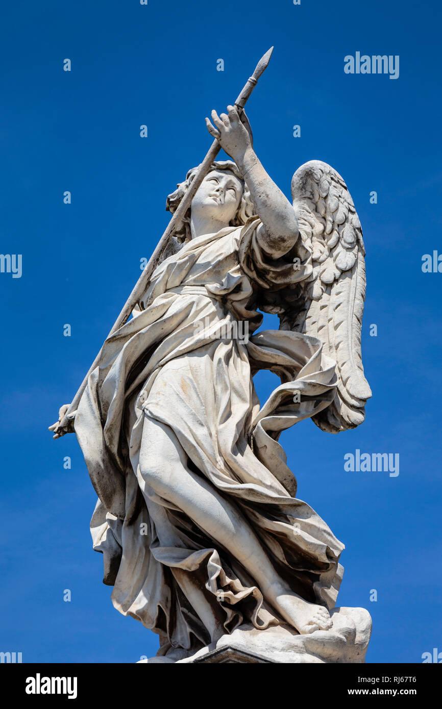 Europa, Italien, Latium, Rom, Der Engel mit der Lanze (geschaffen von Domenico Guidi, einem Schüler Berninis) auf der Engelsbrücke, Stock Photo