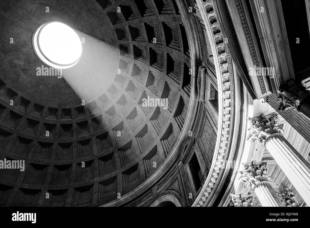 Europa, Italien, Latium, Rom, Durch die Öffnung in der Kuppel des Pantheon scheint die Sonne auf einen der Schreine an der Wand Stock Photo