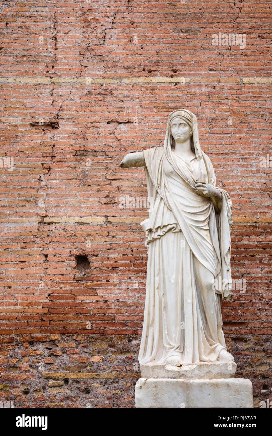 Europa, Italien, Latium, Rom, Marmor-Statue in den Ruinen des Hauses der Vestalinnen im Forum Romanum, Stock Photo