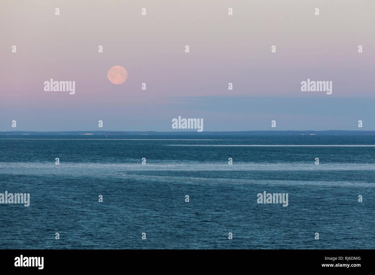 Vollmond am Abendhimmel über der Ostsee im Winter - Stock Image