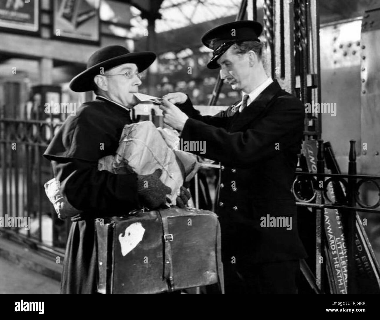FATHER BROWN DETECTIVE 1954 film with Alec Guinness at left - Stock Image