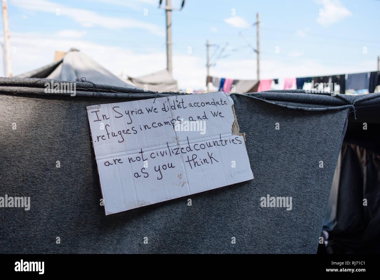 Ein Botschaft an die Welt aus dem Flüchtlingscamp von Idomeni in Griechenland an der Grenze nach Mazedonien, April 2016. - Stock Image