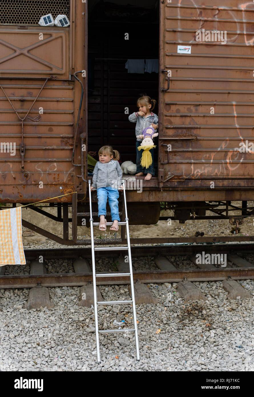 Zwei Schwestern aus Syrien in einem abgestellten Zug Waggon im Flüchtlingscamp von Idomeni in Griechenland an der Grenze nach Mazedonien, April 2016. - Stock Image