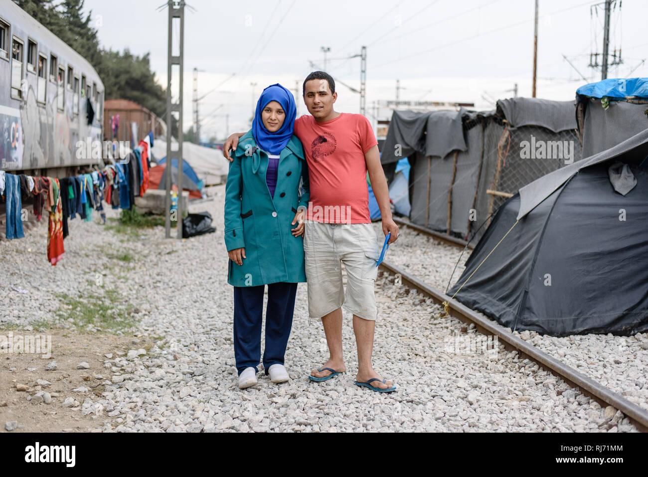 Ein junges Paar aus Syrien. Die Frau war schwanger und der Mann machte sich Sorgen und war auf der Suche nach einem Arzt. Flüchtlingscamp in Idomeni i - Stock Image