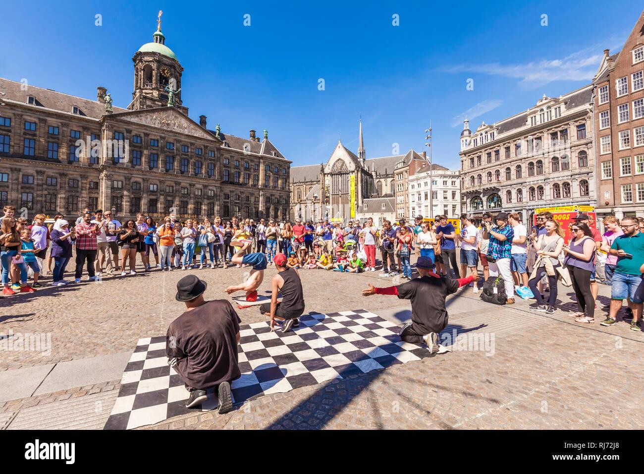 Niederlande, Amsterdam, Stadtzentrum, Dam, Straßenkünstler vor dem Königlichen Palast, Paleis op de Dam, Straßenkunst, Menschenmenge Stock Photo