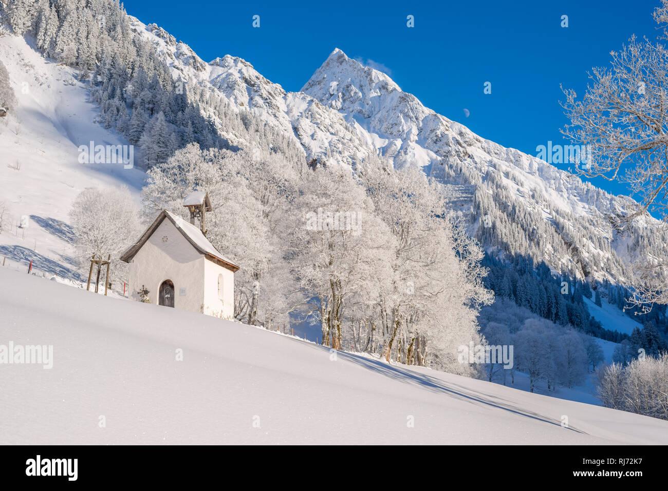 Marienkapelle in Gerstruben, ein ehemaliges Bergbauerndorf im Dietersbachtal bei Oberstdorf, dahinter die Höfats, 2259m, Allgäuer Alpen, Allgäu, Bayer Stock Photo